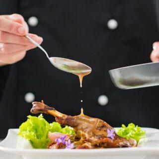 Hoy se celebra el Día Internacional del Cocinero. En estos momentos tan complicados que vive la hostelería queremos mandar todo nuestro apoyo a las personas que están en las cocinas, y también a las que están detrás de las barras o limpiando y sirviendo mesas. Gracias por vuestra lucha y esfuerzo.
